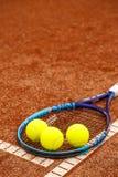 Raquete e bolas de tênis imagem de stock royalty free