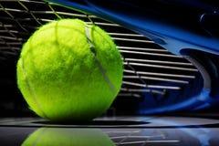Raquete e esfera de tênis imagem de stock royalty free