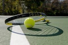 Raquete e esfera de tênis no branco Fotos de Stock Royalty Free