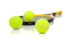 Raquete e esferas de tênis no branco Imagens de Stock Royalty Free