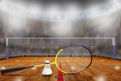 Raquete e peteca de badminton na arena com espaço da cópia Fotografia de Stock