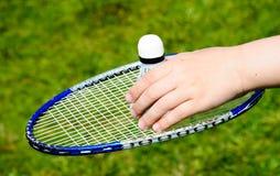 A raquete e a peteca para o badminton fotografia de stock