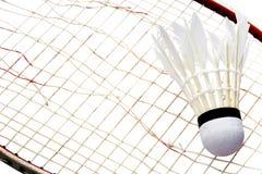 Raquete e peteca quebradas após o jogo no backgroud branco Fotos de Stock Royalty Free