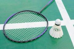 Raquete e petecas de badminton na corte foto de stock