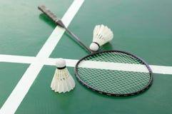Raquete e petecas de badminton na corte fotografia de stock