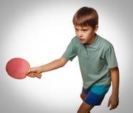 Raquete nova do jogo do esporte do divertimento do menino da tabela cinzenta do tênis que joga o sibilo p fotografia de stock royalty free