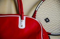 Raquete vermelha do saco e de tênis imagem de stock