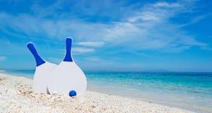 Raquetes brancas e azuis da praia foto de stock