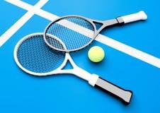 Raquetes e bola de tênis no campo de tênis Fotografia de Stock