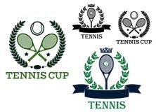 Raquetes e bolas de tênis em etiquetas ostentando Imagem de Stock