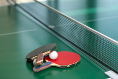 Raquetes e esfera de tênis da tabela foto de stock royalty free