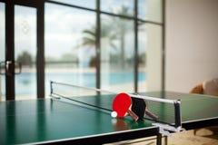 Raquetes e esfera de tênis da tabela imagem de stock royalty free