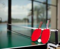 Raquetes e esfera de tênis da tabela Fotografia de Stock Royalty Free
