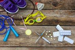 Raquette d'article de sport, corde à sauter, lunettes de natation, espadrilles, sports médaille et médecines Image stock