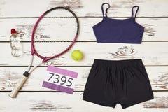 Raquette de badminton et vêtements de sport du ` s de femmes Photo libre de droits