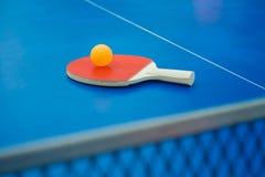 Raquette de ping-pong et boule et filet sur une table de ping-pong Images libres de droits