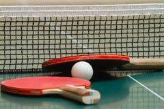 Raquette de tennis avec une boule sur la table Image libre de droits