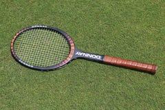 Raquette de tennis de Donnay Borg Pro de vintage sur le court de tennis d'herbe photographie stock