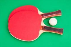 Raquette de tennis et une bille Image stock