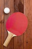 Raquette de tennis et une boule en plastique Image stock