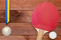 Raquette de tennis et une boule en plastique Photographie stock libre de droits