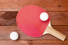 Raquette de tennis et une boule en plastique Photos stock