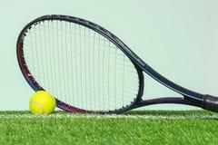 Raquette et bille de tennis sur l'herbe photos libres de droits