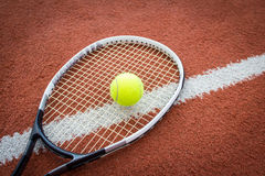 Raquette et bille de tennis sur la cour Photo stock