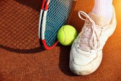 Raquette et boules de tennis Images stock