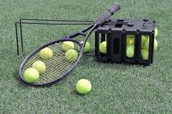 Raquettes, boules et chaussures de tennis Photo stock