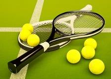Raquettes de tennis avec des boules sur le fond vert de cour Photographie stock libre de droits