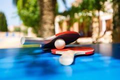 Raquettes de tennis et boule de ping-pong Photo stock
