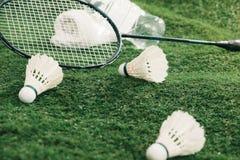 Raquettes de volant et de badminton, serviette et une bouteille de l'eau s Photo stock