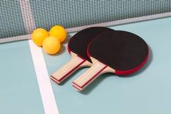 Raquettes et billes de ping-pong Images stock