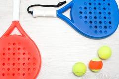 Raquettes et boule de tennis de palette Photos libres de droits