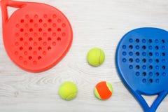 Raquettes et boule de tennis de palette sur le bois Photo stock
