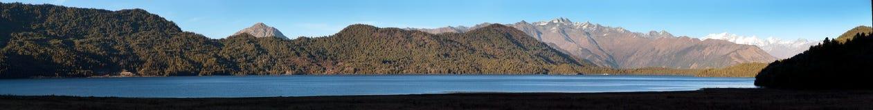 Rara Daha lub Tal Mahendra jezioro Nepal - Rara wędrówka - Obrazy Royalty Free