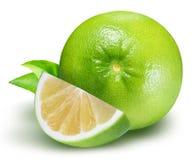 Raring grön grapefrukt som isoleras på vit bakgrund Arkivfoto