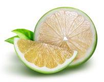 Raring grön grapefrukt som isoleras på vit bakgrund Arkivfoton