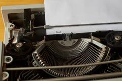 Raring skrev ord på tappningskrivmaskinen Arkivfoton