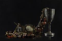 Raritetbordsservis med smycken Arkivfoto