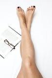 Rasé et lissez les longues jambes de la femme D'isolement sur le blanc images stock