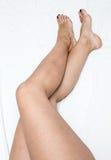 Rasé et lissez les longues jambes de la femme D'isolement sur le blanc photos stock