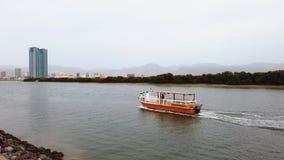Ras Al Khaimah, Arabische Emirate - 17. April 2019: Boot, das vorbei in Ras Al Khaimah-Nebenfluss im Nordemirat der UAE ?berschre stock video