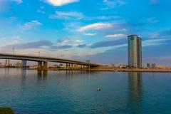 Ras Al Khaimah City em Emiratos Árabes Unidos no final da tarde no Corniche com a montanha colorida azul clara torrada fotografia de stock royalty free