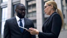 Ras- eller sexuell diskriminering, kollegor som grälar på arbete, respektlöshet royaltyfria bilder