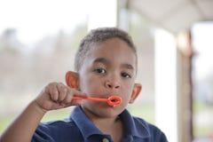ras- mång- park för pojke royaltyfri bild