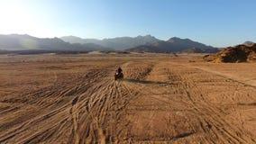 Ras op ATV in de woestijn royalty-vrije stock fotografie