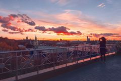 RAS Sightseeing Platform Moscow Università di Stato di Mosca MSU, chiesa Raggi e nuvole di Sun al tramonto fotografia stock libera da diritti