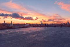 RAS Sightseeing Platform Moscow Università di Stato di Mosca MSU, chiesa Raggi e nuvole di Sun al tramonto fotografie stock libere da diritti